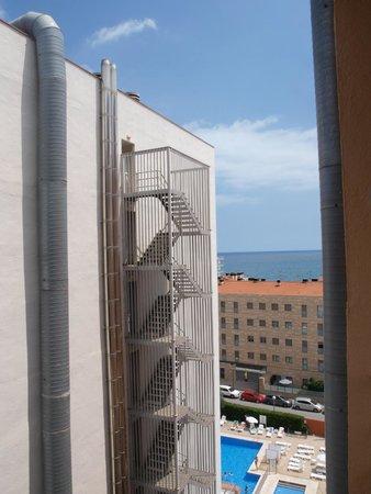 Hotel Catalonia: Вид с балкона на соседний отель