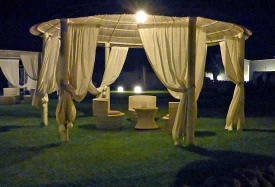 Hotel Borgo Pantano: giardino piscina in notturna
