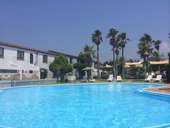 Hotel Opa Village : プールサイドから見たプール