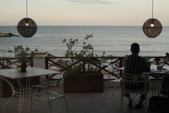 Hostal Spa Empuries : View from the restaurant, beach in evening