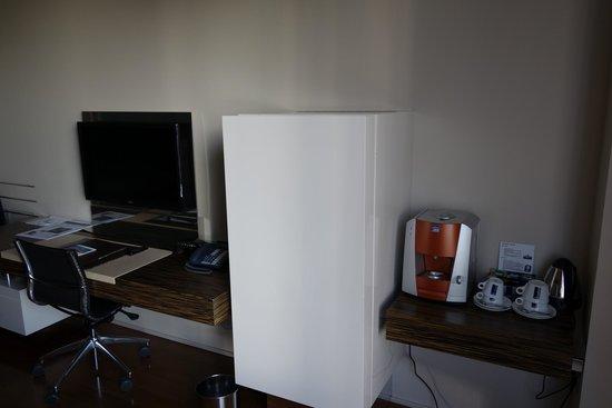 Swissotel Tallinn: Все виды коннекторов для подключения к ТВ и кофе-машина!