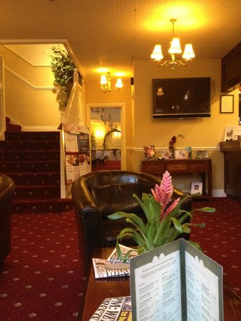 Kingston Theatre Hotel: Entrance are showing reception, entrance to restaurant and stairs