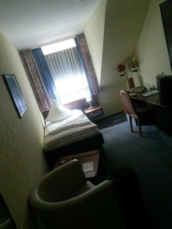 Central Hotel Worms: Einzelbett Zimmer mit abgewohnten Möbel aus den frühen 80ziger Jahren und ekeligem Teppich