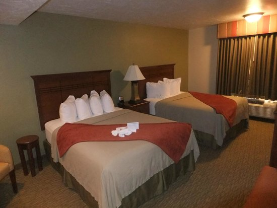 Best Western Town & Country Inn: Bedroom with two queen beds.