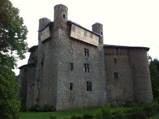 Lamastre, France: Le donjon du XIIIème siècle coiffé de 4 tours de guet et de hourds. Le château du XVème s'appuie