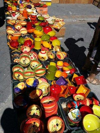 Marché de L'Isle-sur-la-Sorgue : Great looking pottery. Bring your car!