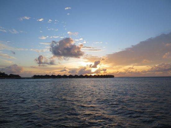 Sun Aqua Vilu Reef: 水上コテージに沈む夕日