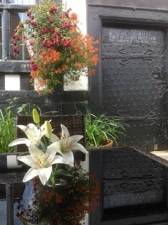 Tudor House Hotel: Secret Courtyard garden