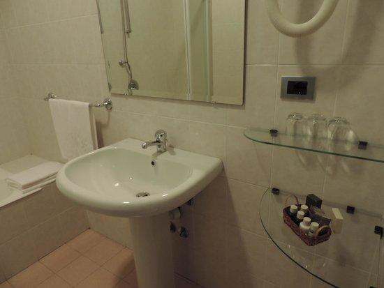 Hotel Ariston : le lavabo avec les produits