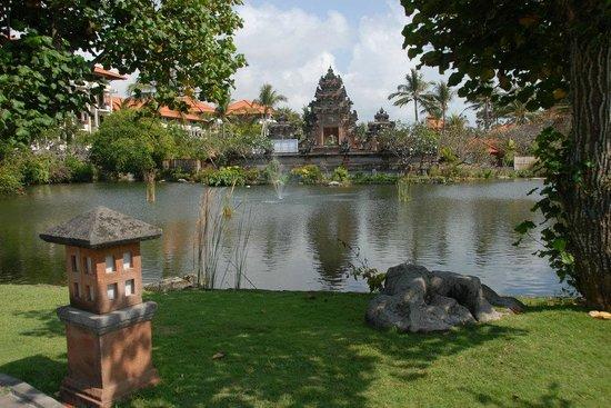 Ayodya Resort Bali : lake and temple