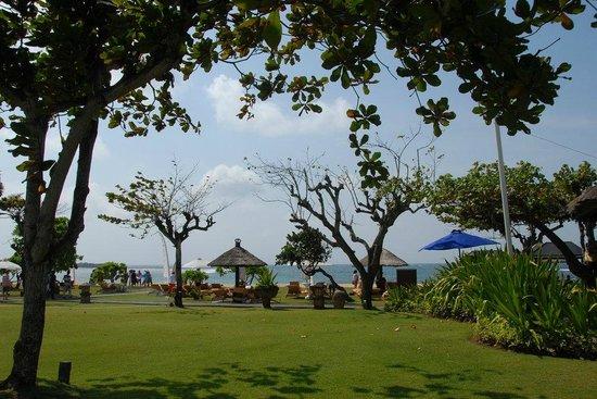 Ayodya Resort Bali : Looking to the beach