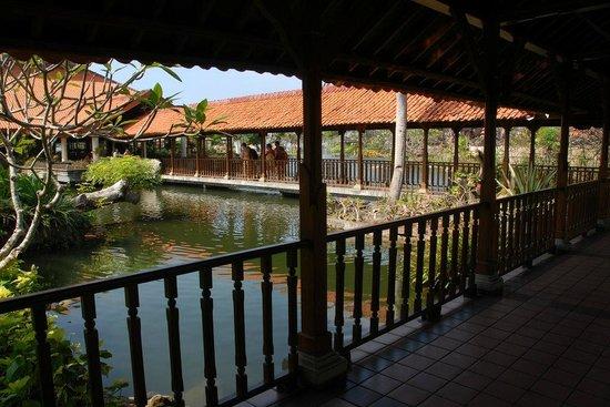 Ayodya Resort Bali : Roofed passageways between hotel buildings