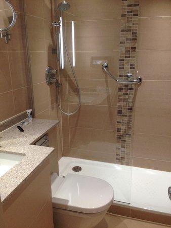 Mercure London Bloomsbury : Standard single room bathroom