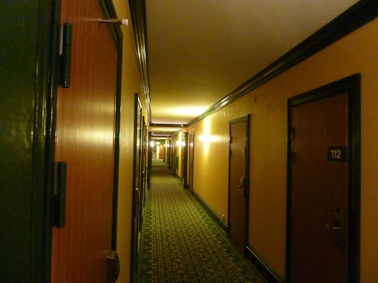 Mora Hotell & Spa: Couloir vintage sinistre