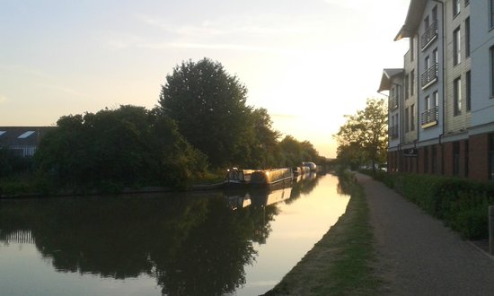 Premier Inn Stratford Upon Avon Waterways Hotel: Having a drink by canal