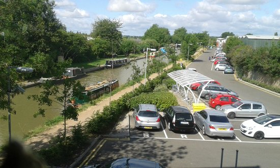 Premier Inn Stratford Upon Avon Waterways Hotel: Car park by canal for hotel