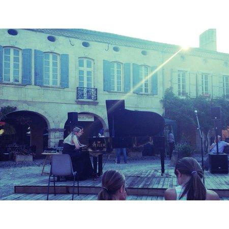 La Villa des Remparts: Concert de piano sur la place royale . Jolie moment
