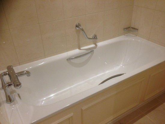 Macdonald Old England Hotel & Spa: Bathroom at the MacDonald Spa Hotel Bowness