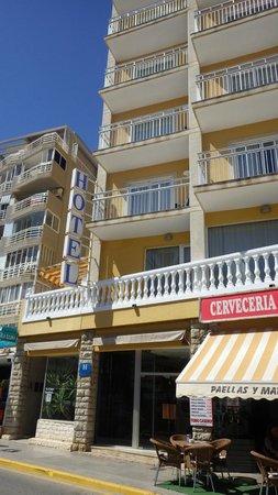Hotel Porto Calpe: Милый недорогой двухзвёздный отель на берегу моря с прекрасным видом на море и скалу.