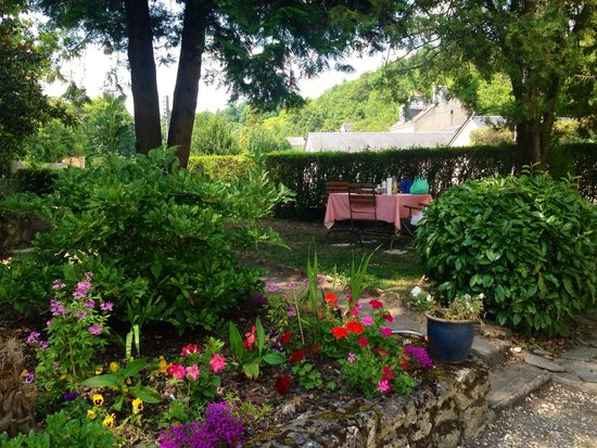 Le Clos Rabelais : Beautiful garden and picnic table which we used!