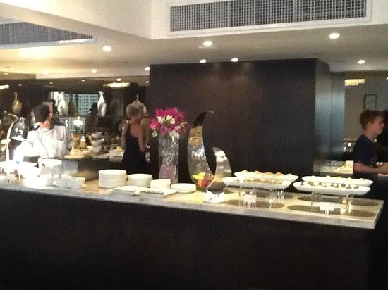 Royal Orchid Sheraton Hotel & Towers : Apercu du buffet au lounge