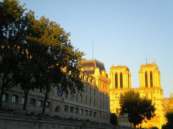 Bateaux Mouches: L'île de la Cité et Notre Dame depuis la Seine