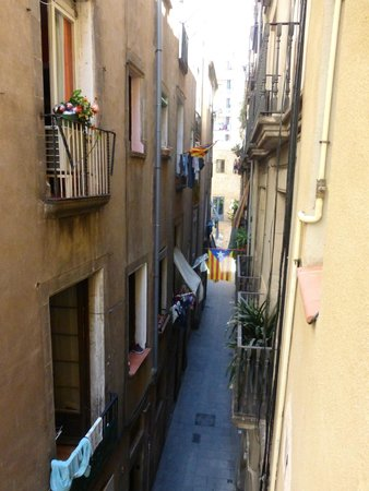 Itaca Hostel: Vue de la rue dans laquelle nous logeons