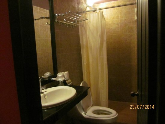 Golden Butterfly Villa: Bathroom