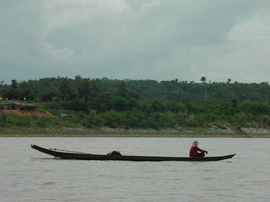 Sop Ruak - the center of the Golden Triangle: Pescador en el Mekong, en el triángulo de oro