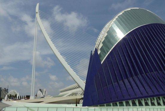 Ciudad de las Artes y las Ciencias: The Agora (right) and the Puente de Calatrava bridge.