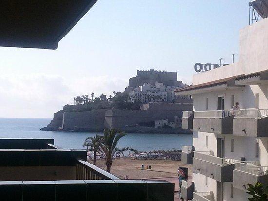 Los Delfines: Vista desde la terraza, pero mirando hacia el lado izquierdo. El castillo del Papa Luna.