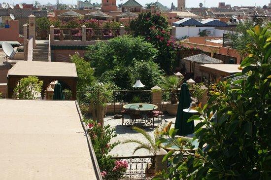 Riad Zouina: Vue depuis la plus haute terrasse sur la terrasse principale