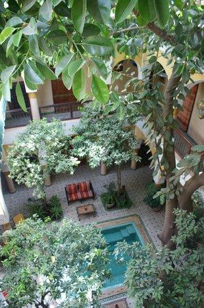 Riad Zouina: Vue depuis la terrasse sur le patio Ouest