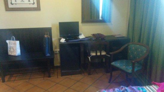 Hotel Los Bronces: Escritorio con Tv