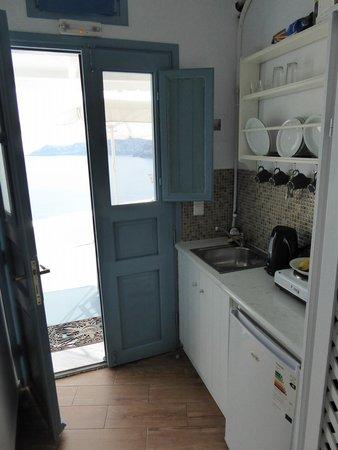 Aspa Villas: Kitchenette and front door