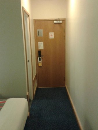 Travelodge London Central City Road: Room entrance