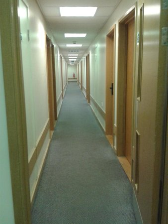Travelodge London Central City Road: Corridor outside room