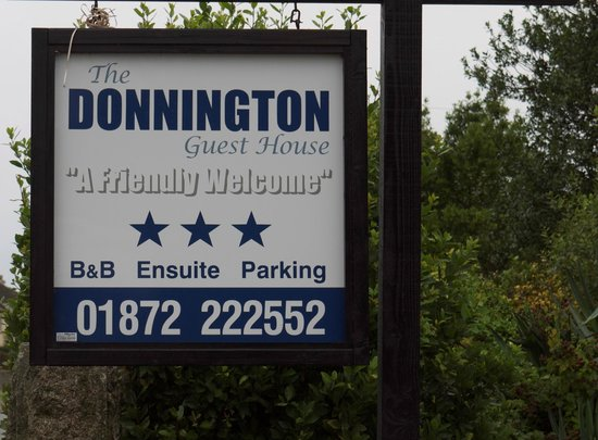 The Donnington Guesthouse: Donnington sign, easily seen from road