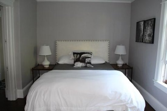 Marble West Inn : Birch - The King size bed can be changed to two Twin size beds as needed