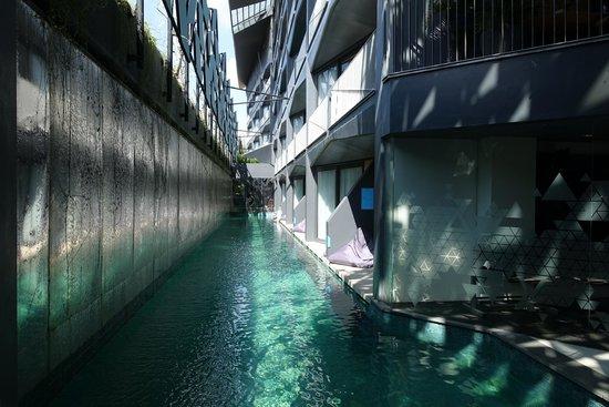 Ize Seminyak: Zwembad grenzend aan kamers