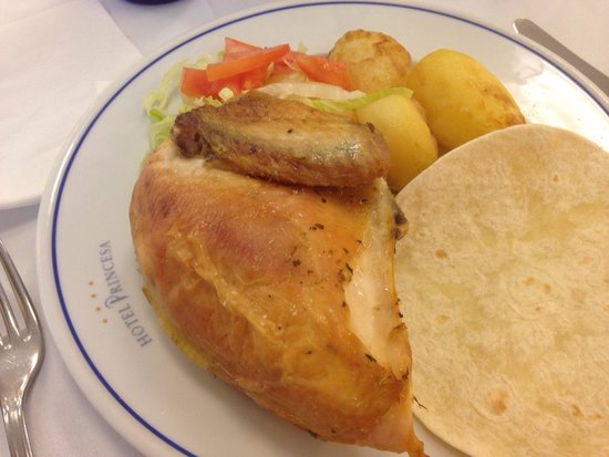 Hotel RH Princesa: Half a chicken at lunch, salad and potatoes