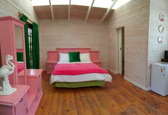 HomeBase Knysna : Our Family Room, the beautiful Flamingo Room!