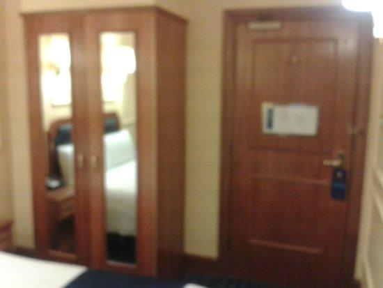 Lancaster Gate Hotel: Wardrobe and entrance