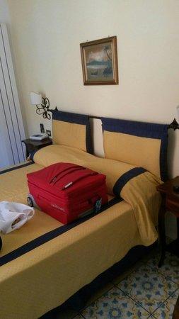 Hotel 7 Bello: Camera piccola ma confortevole... con doppia esposizione... aria condizionata... ampio bagno...