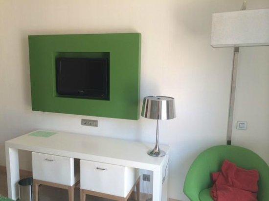 Double Tree Hilton  Hotel Girona : habitación con la tv plana