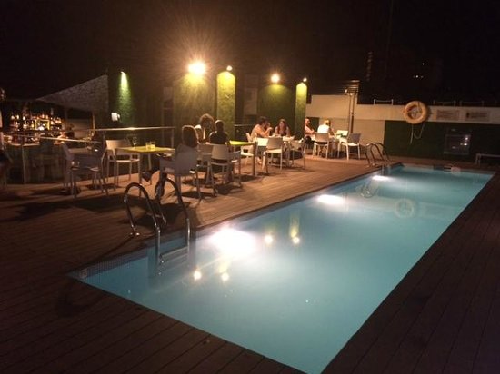 Double Tree Hilton  Hotel Girona: piscina por la noche abierta para tomar copas y chill out