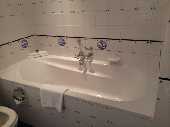Carlton Ambassador Hotel : Large bathrooms with an enormous tubs and beautiful details in the tiles.