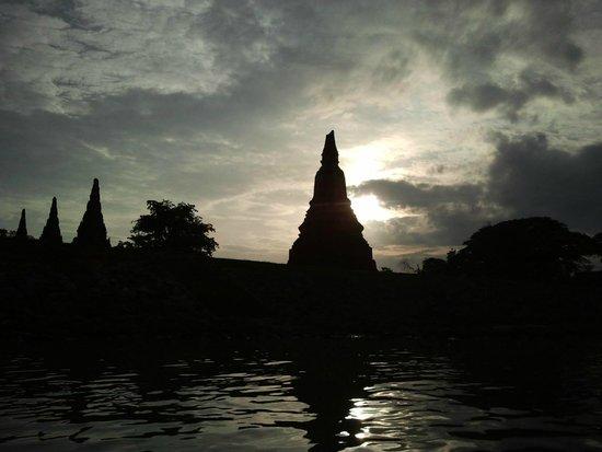 Wat Chaiwatthanaram : Chaiwattanarm al atardecer, visto desde el río