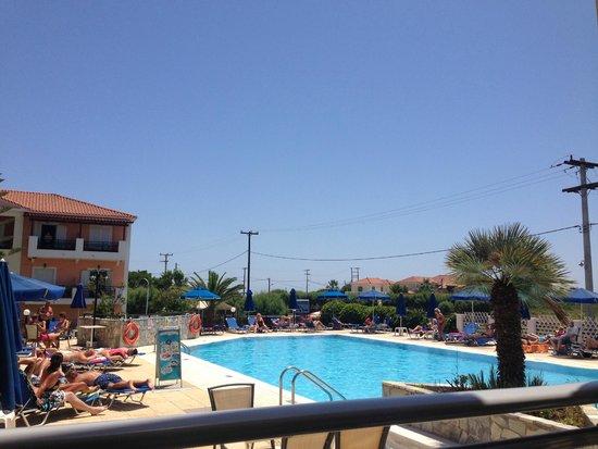 Denny's Inn Hotel: The pool area...