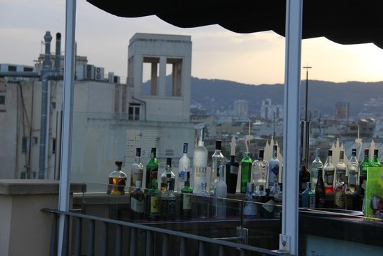 Hotel H10 Universitat: Bar with sunset view